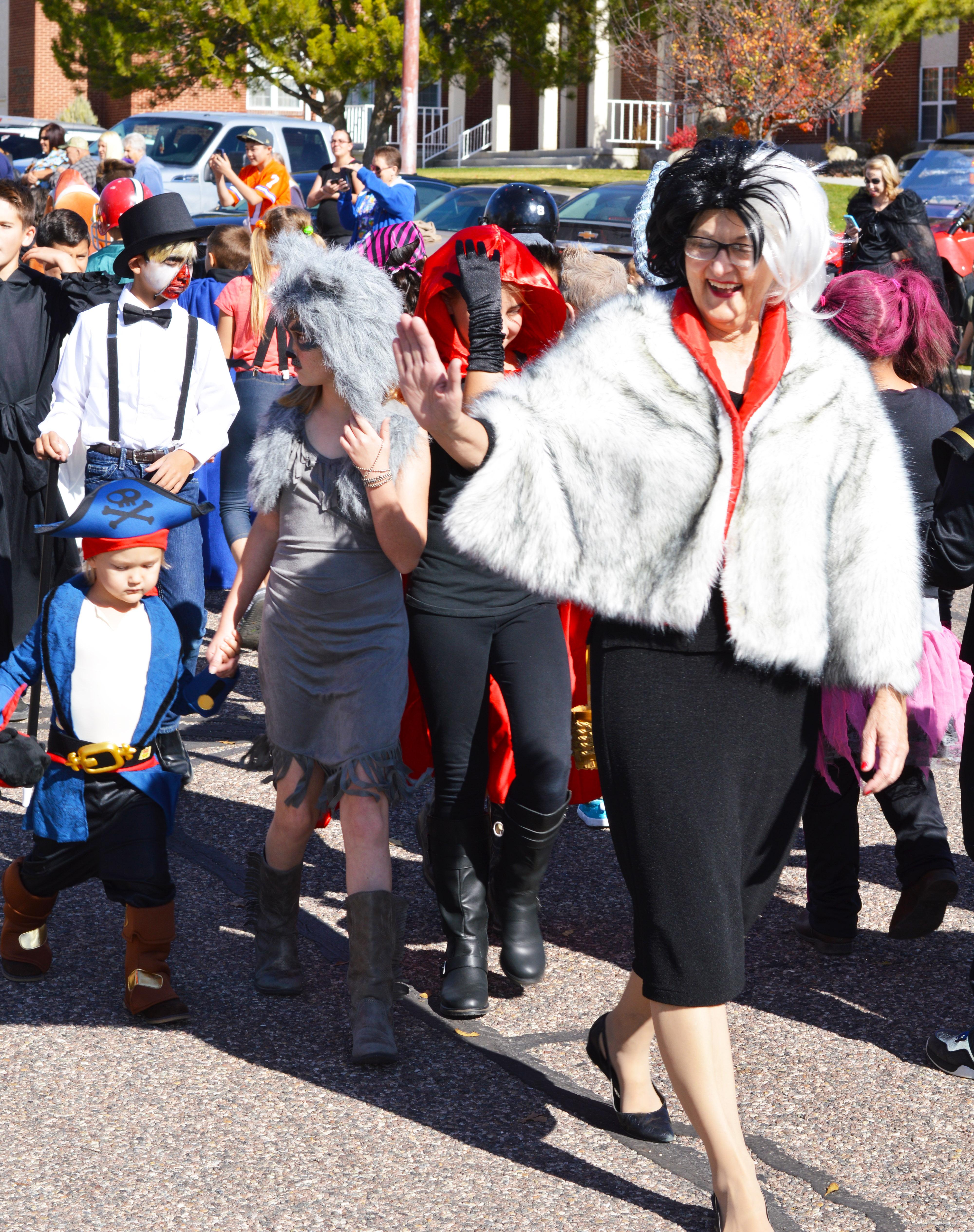 Mrs. Mary Curl leads her fifth grade class in their parade clad as Cruella de Vil. - Daniela Vazquez / Messenger photo